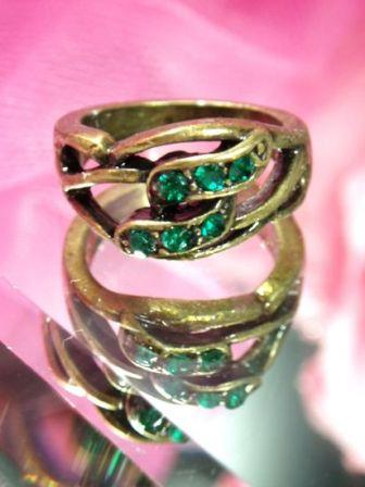 620  Green Antique Gold Vintage Rhinestone Ring sz 5