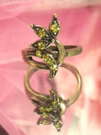 635  Olive Antique Gold Vintage Rhinestone Ring sz. 8
