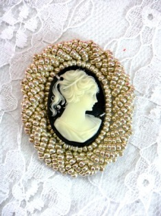 FS853 Black & Lt. Gold Cameo Applique 1.5""