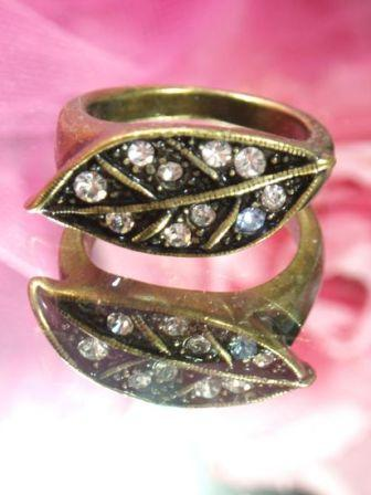 618  Clear  Antique Gold Vintage Rhinestone Ring sz 8