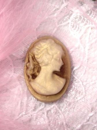CB15  Beige Ivory Victorian Cameo Bead